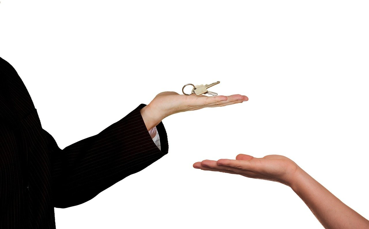 Zwei Hände mit Haustürschlüssel